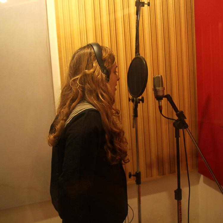 http://diafanes.com.br/2013/wp-content/uploads/2013/01/Lorena-gravando-voz4peq.jpg